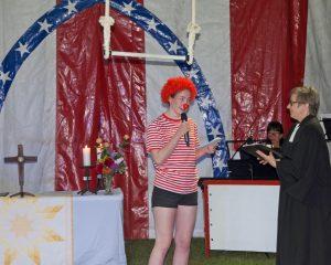 Gottesdienst im Circuszelt mit Clown und Pfarrerin Astrid Neumann.