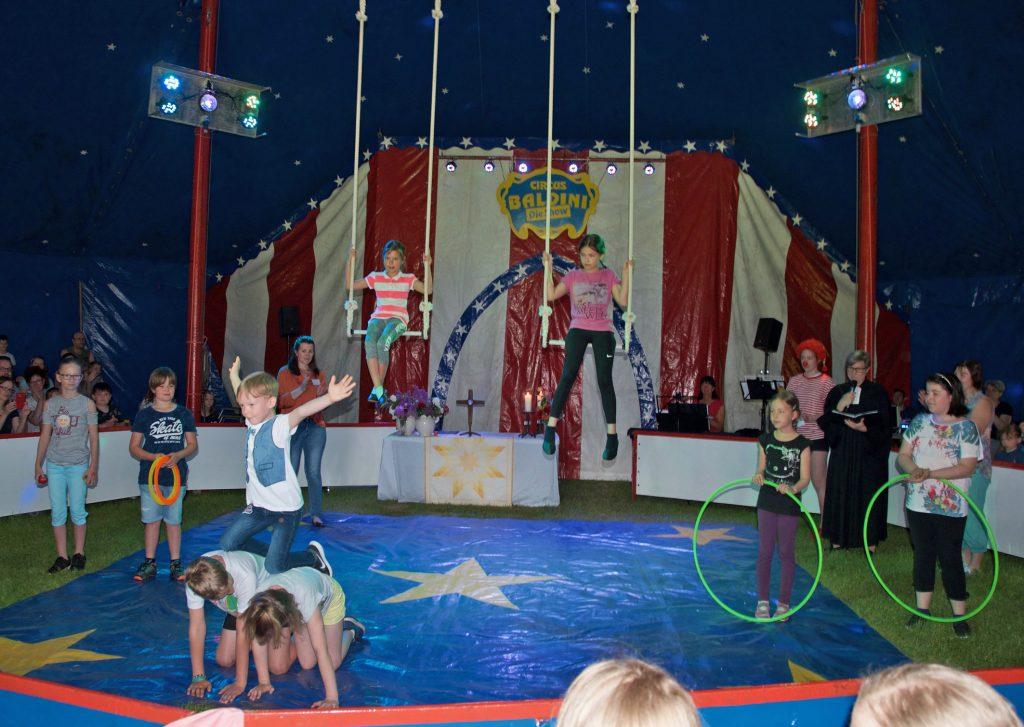 Mitmachzirkus: 110 Jungen und Mädchen präsentierten ihre Kunststücke in einer Galavorstellung. Zuvor wurde am Himmelfahrtstag ein Gottesdienst im Circuszelt gefeiert.