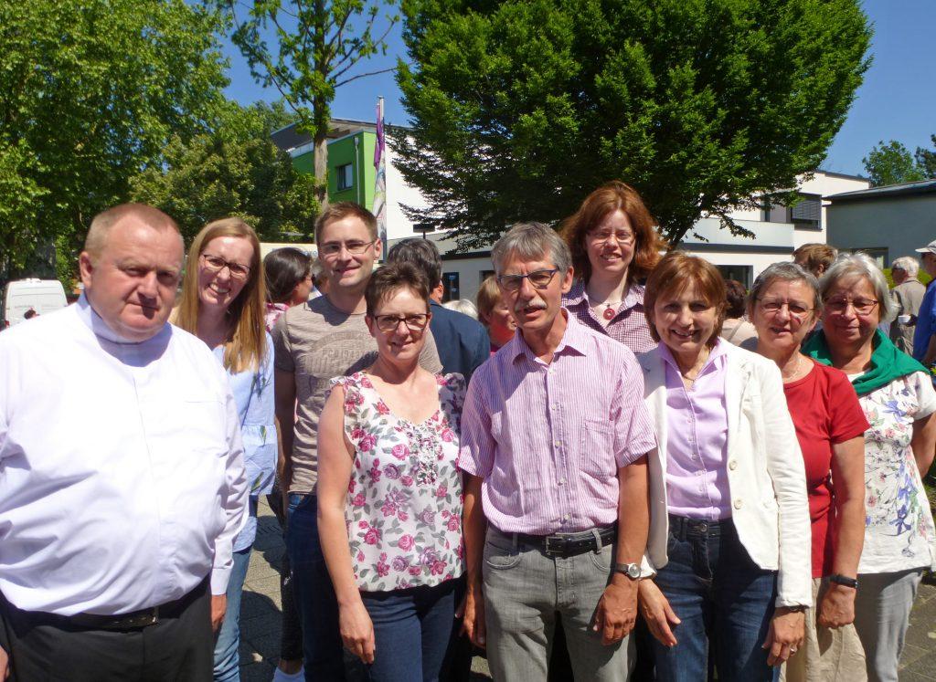 Das Vorbereitungsteam um Pfarrerin Christine Grünhoff (4. v. r.) und Pastor Dr. Andreas Schottek (l.).