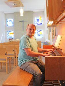 In der 2005 neu gestalteten Evangelischen Kirche Bad Lippspringe fühlt sich Kantor Ulrich Schneider besonders wohl.  FOTO: EKP/HEIDE WELSLAU