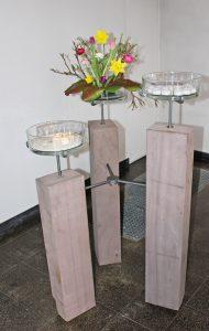 Der neue Kerzenständer in der Kreuzkirche Beverungen aus Sandsteinbohlen. FOTO: PFARRBEZIRK BEVERUNGEN
