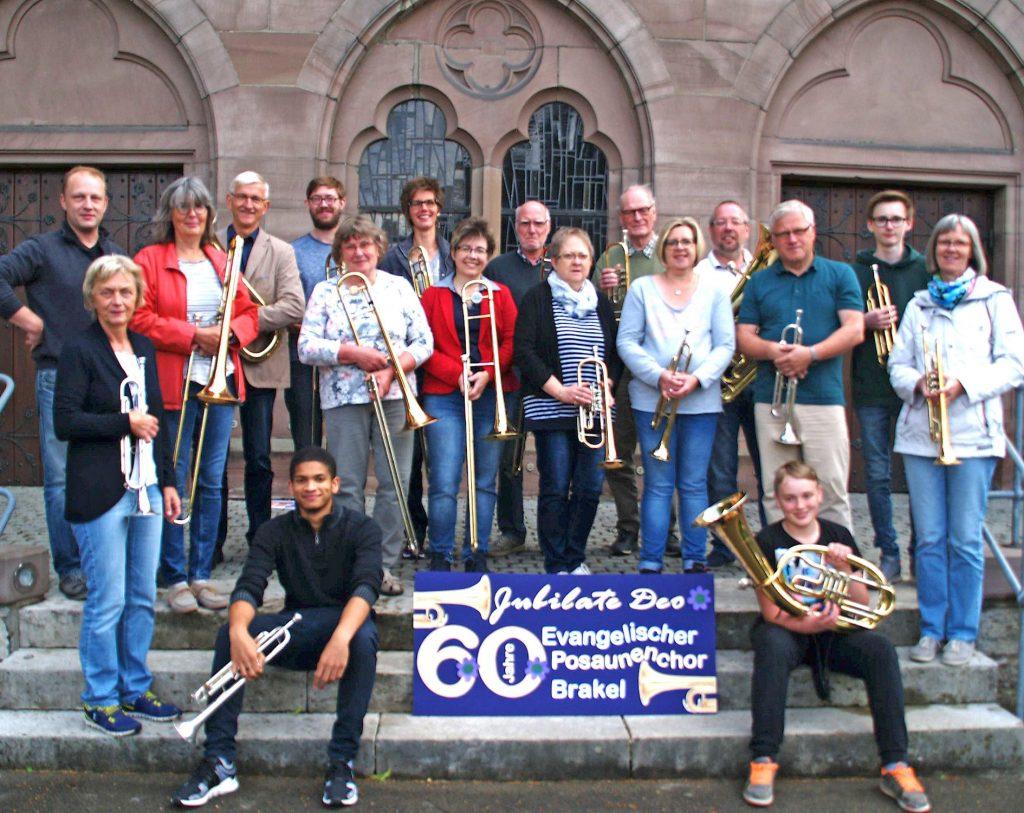 Feiern 60-jähriges Jubiläum: Die 18 Mitglieder des evangelischen Posaunenchors Brakel unter Leitung von Kirchenmusiker Dennis Pape (hinten links) freuen sich auf das Jubiläumskonzert am 7. Juli und viele Zuhörer. FOTO: EV. POSAUNENCHOR BRAKEL