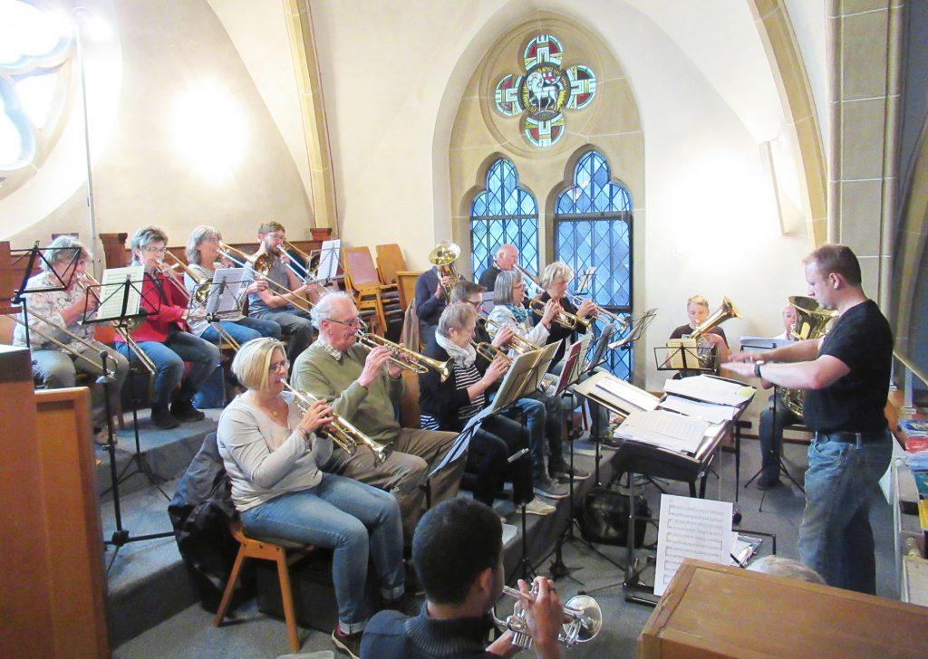 Zusammenschluss: Seit Januar 2018 proben die Posaunenchöre aus Brakel und Marienmünster-Nieheim gemeinsam unter Leitung von Kirchenmusiker Denis Pape (rechts). FOTO: EV. POSAUNENCHOR BRAKEL