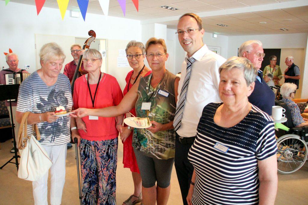 Harmonisches Zusammensein: Stiftsvorstand Dirk Timmermann mit Besucherinnen und Helferinnen. FOTO: BURKHARD BATTRAN