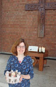 Im Altarraum des Martin-Luther-Zentrums: Der Menschenkreis mit der brennenden Kerze in der Mitte symbolisiert für Pfarrerin Christine Grünhoff die lebendige Gemeinschaft mit Gott und miteinander. FOTO: EKP/HEIDE WELSLAU
