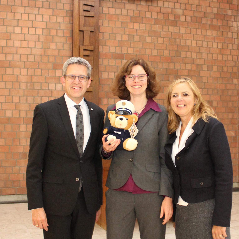 Bei der Verabschiedung: (v. l.) Superintendent Volker Neuhoff, Pfarrerin Christine Grünhoff und Pfarrerin Pia Winkler. Foto: EKP/Oliver Claes