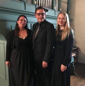 Führen das Requiem auf: (v. l.) Ute Jarchow (Alt), Komponist Thomas Nüdling (Orgel) und Anna Ziert (Sopran). Foto: Klaus Fladung