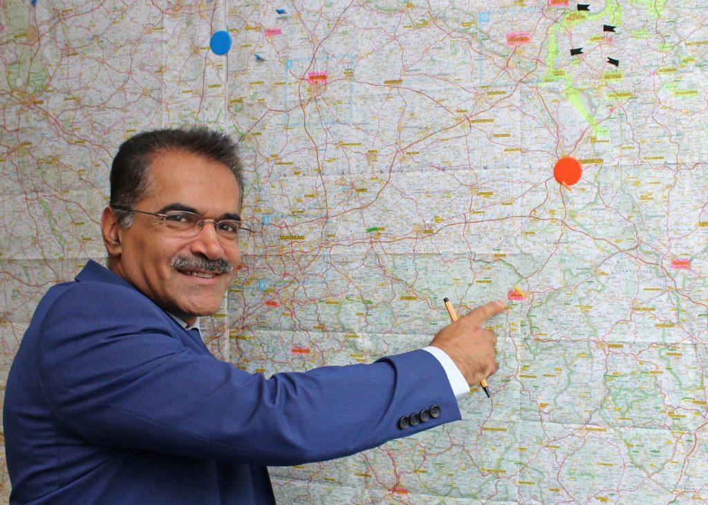 Großes Einsatzgebiet: Pastor Mehrdad Sepehri Fard ist hauptamtlicher Seelsorger für persischsprachige Christen in Westfalen und Lippe. Foto: EKP/Oliver Claes