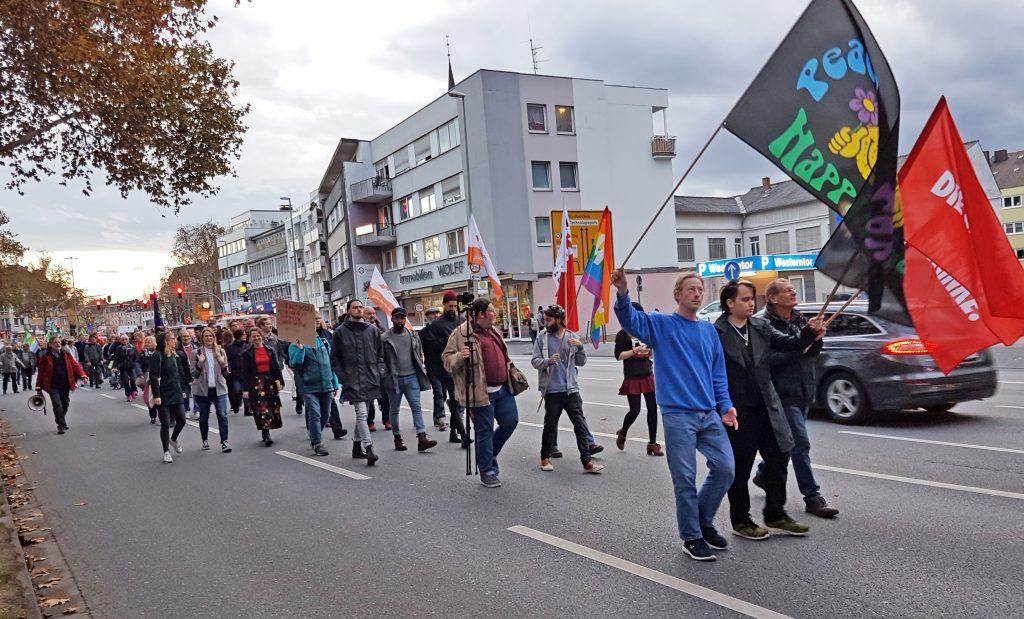 Bis zu 600 Demonstranten beteiligten sich an der Gegendemo des Bündnisses für Demokratie und Toleranz am 12. November in Paderborn, hier auf der Friedrichstraße. Anlass war eine zeitgleiche AfD-Kundgebung. FOTO: HEIDE WELSLAU