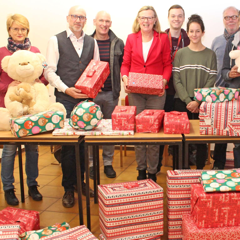 Weihnachtsgeschenke für Kinder KOOPERATION von REWE, Schulmaterialienkammer und Jugendreferat