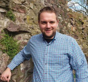 Wird durch Superintendent Volker Neuhoff in sein Amt eingeführt: Tim Wendorff, Pfarrer der Evangelischen Weser-Nethe-Kirchengemeinde Höxter. Foto: Privat
