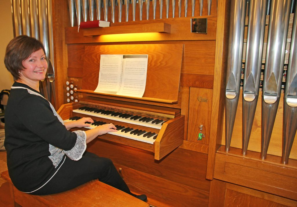Freut sich über den Klang der restaurierten Eule-Orgel in der evangelischen Kirche: Organistin Larissa Bokk. Die ausgebildete Konzertpianistin bedient die 602 Orgelpfeifen zwischen 2,45 Meter und zwölf Millimeter gekonnt. Der Kauf und der Bau der Orgel durch die Firma Eule aus Bautzen stand ganz im Zeichen der Deutschen Wiedervereinigung.