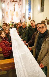 Die Totenrolle zog sich längs durch die Franziskanerkirche in Paderborn. FOTO: KALR-MARTIN FLÜTER