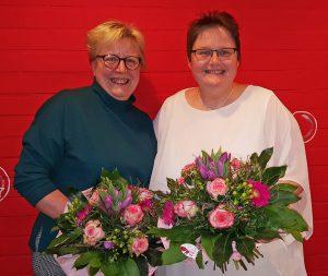 Erhielten während einer kleinen Feierstunde Blumen und Dankesworte für ihre 25-jährigen Dienstjubiläen: Heidemarie Kaiser (links) und Nicole Tasche. FOTO: KvB FZ STEINHEIM