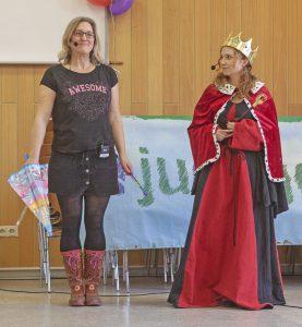 Zwei Prinzessinnen: Unkonventionell Sonja Hillebrand (links, Jugendreferentin) und, so wie sich viele eine Prinzessin vorstellen, Lisa Timmerberg (Vorsitzende des Synodalen Jugendausschusses). FOTO: EV JUGEND