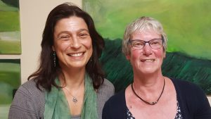 Bieten die Gruppe für trauernde Angehörige an: (v. l). Karoline Reinstadler und Petra Liß, Trauerbegleiterinnen des Ambulanten Hospizdienstes St. Johannisstift. FOTO: HOSPIZDIENST
