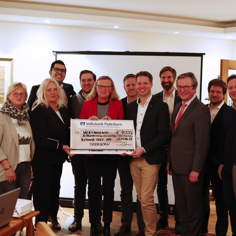 Spende des Service Clubs Round Table Paderborn 4.000 Euro für die Schulmaterialienkammer