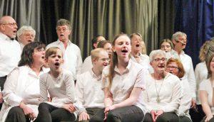 Großer Chor: Insgesamt rund 50 Sänger aller Altersgruppen wirken im Bühnenchor mit. FOTO: BURKHARD BATTRAN