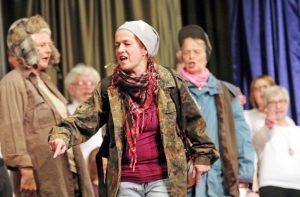 Starker Auftritt: Melanie Eichert singt den Obdachlosen-Song. FOTO: BURKHARD BATTRAN