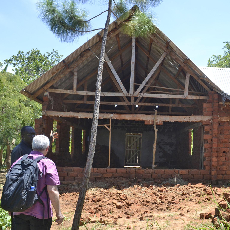 Besuch einer Delegation im Partnerkirchenkreis in Tansania Von starken Armen und einer eingestürzten Wand