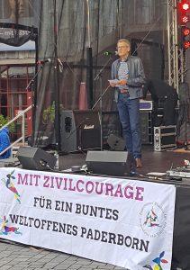 Statement: Superintendent Volker Neuhoff betonte beim Demokratiefest auf dem Paderborner Marktplatz die Bedeutung von ethischer Verantwortung in Staat und Gesellschaft. Foto: EKP/Heide Welslau