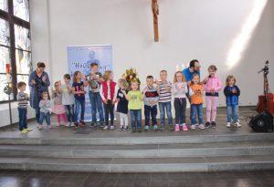 Kindgerecht: Liederpfarrer Bastian Basse holte die Kinder in der Altarraum und lud sie zum Singen und Bewegen ein. Foto: Pfarrbezirk Beverungen