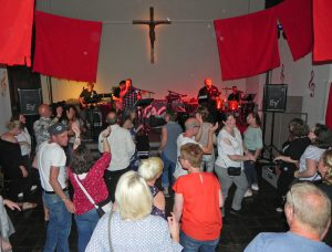Gelungener Abend: Das Kreuz stand im Mittelpunkt beim Konzert der Stageband in Kreuzkirche Beverungen. Foto: Pfarrbezirk Beverungen