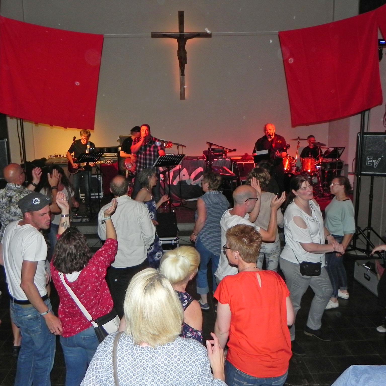 Konzert in der Kreuzkirche Beverungen Bänke raus – Stageband rein