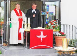 Feierten mit 400 Christinnen und Christen den 3. ökumenischen Gottesdienst am Pfingstmontag in Paderborn: Pastor Andreas Schottek (links) und Pfarrer Gunnar Grahl. FOTO: KIRCHENGEMEINDE