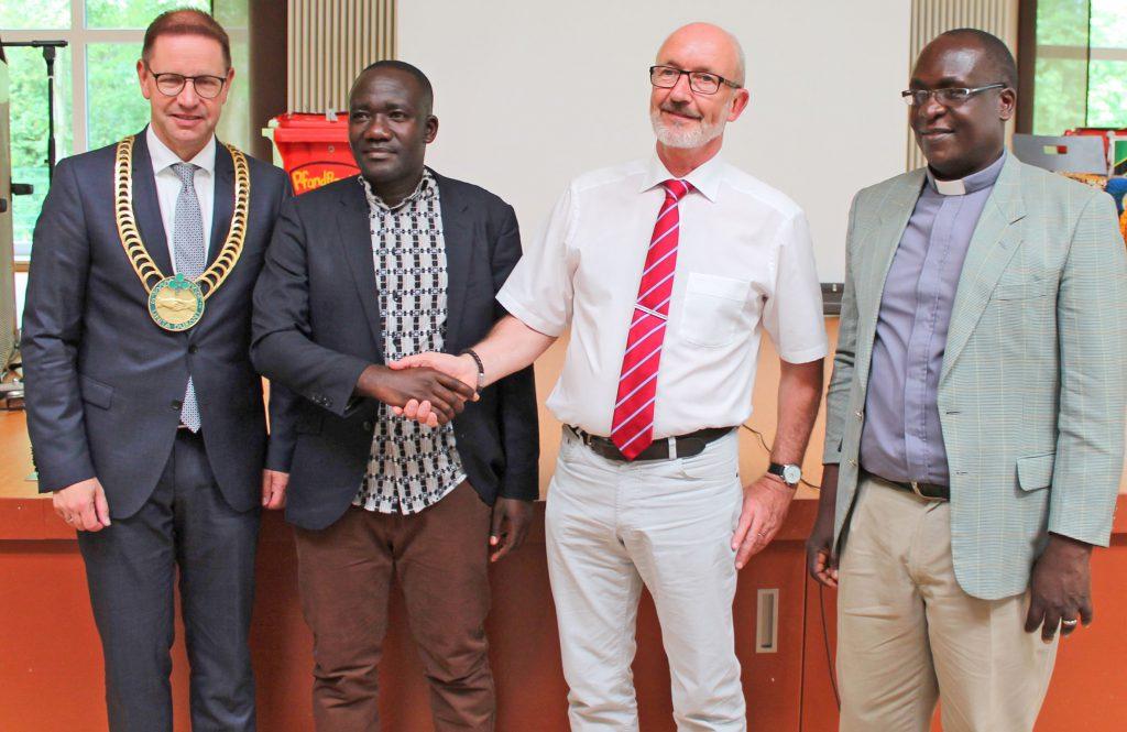 Bei der Unterzeichnung des Kooperationsvertrags dabei waren: (von links) Bürgermeister Ulrich Berger, die Schulleiter Charles Kamala (Rulandaschule Tansania) und Berthold Fischer (Gesamtschule Salzkotten), sowie der Superintendent des Kirchenkreises KusiniB/Ilemera, Pastor Frederick Muganyizi. FOTO: SCHULE