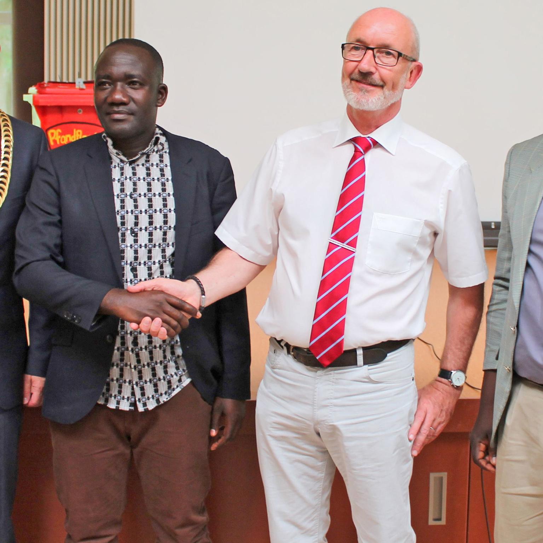 Grundstein für Schulpartnerschaft gelegt Kooperationsvertrag zwischen Gesamtschule Salzkotten und Rulandaschule Tansania