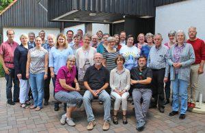 """27 Pfarrerinnen und Pfarrer sowie Superintendent Volker Neuhoff nahmen im Juli an der Pfarrkonferenz zum Thema """"Pfarrbilder"""" in Bad Driburg teil. FOTO: HEIDE WELSLAU"""