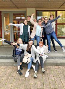 Sind vom 6. Juli an 14 Tage in den USA unterwegs: Teamerinnen und Teamer aus Borchen. Begleitet werden sie von HOT-Mitarbeiterin Julia Frielingsdorf und Pfarrerin Sabine Sarpe (Mitte). FOTO: STEPHANUS-KIRCHENGEMEINDE