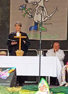 Ansprache von Pfarrerin Daniela Walter. Im Hintergrund Pfarrer Andreas Schottek. FOTO: EKP/HEIDE WELSLAU