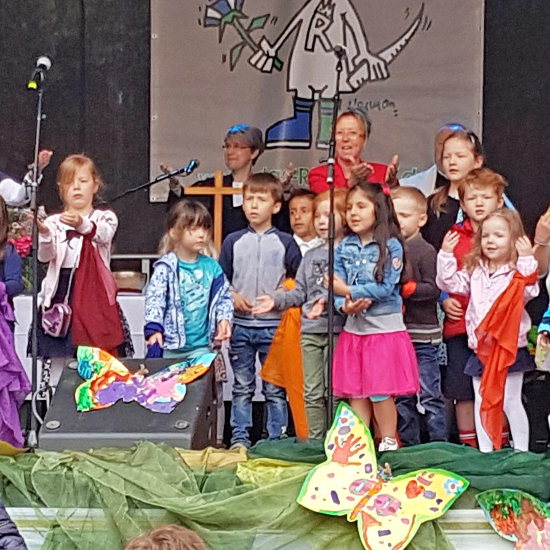 Kinder sorgten für viel Bewegung und fröhliche Stimmung Gottesdienst beim Riemekefest war erstmals ökumenisch