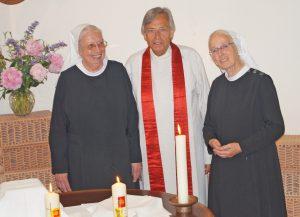 Superintendent Alfred Hammer i.R. hat am 11. Juni den Gottesdienst mit Segnung der Jubilarinnen (links Sr. Marlis, rechts Sr. Ursula) und der Feiergemeinde gehalten. FOTO: DIETER SCHOLZ/NW WAR