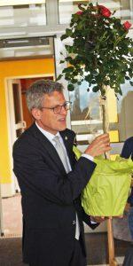 Superintendent Volker Neuhoff, Evangelischer Kirchenkreis Paderborn,  bringt als Geschenk einen Rosenstrauch mit zur Feier auf dem Zionsberg. FOTO: DIETER SCHOLZ/NW WAR