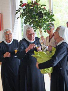 Freude bei den Schwestern und Jubilarinnen über die Geschenke, hier der Rosenbusch. FOTO: DIETER SCHOLZ/NW WAR