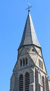 Turmspitze und Innenraum der Nieheimer Kreuzkirche, die Menschen seit 150 Jahren einlädt. FOTOS: HEIDE WELSLAU