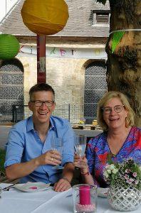 Laden ein zum bunten Picknick: Thomas Kemper (l.) von der Integrationsagentur der Caritas und Brigitte Kaese von der Integrationsagentur der Diakonie. Foto: Integrationsagenturen