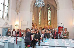Der vereinigte Chor der Christus-Kirchengemeinde Emmer Nethe bei der letzten Probe vor dem Festgottesdienst, mit Mitgliedern aus Lügde, Steinheim, Marienmünster und Nieheim sowie aus Brakel.