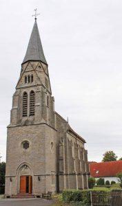 Das Portal der Kreuzkirche in Nieheim ist an diesem Festtag weit geöffnet. Über 160 Menschen feiern ihr 150-jähriges Bestehen.