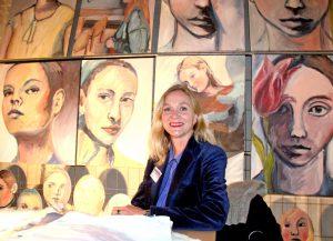 Zeigt ihre Arbeiten erstmals öffentlich: Die Herster Künstlerin Stephanie Pähler-Martschinke hat ihre extra für den Kunstmarkt angefertigte Porträtserie in den Farbtönen der Marienkirche angelegt. FOTO: BURKHARD BATTRAN