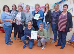 Das Bad Driburger Kita-Team mit Leiterin Sandra Wiedey (4. v. rechts, stehend) und Gemeindepfarrerin Iris Battenfeld (rechts). FOTO: KITA
