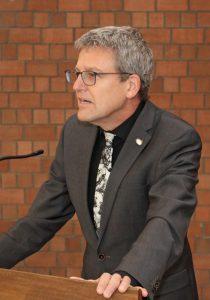 Volker Neuhoff, Superintendent des Evangelischen Kirchenkreises Paderborn, bat die Besucherinnen und Besucher, neugierig zu bleiben auf ihre Antwort auf die Frage, was vom Leben bleibt.