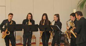 """Musikalisch gestaltet wurde die Eröffnung von den Musikerinnen und Musikern des Paderborner Saxophon-Ensemble """"Saxaholics"""". Foto: EKP/Oliver Claes"""