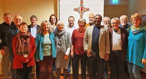 Bischof Abednego Keshomshahara (5. von rechts) und Karl-Edzard Buse-Weber (4. von rechts), Vorsitzender des Tansania-Ausschusses im Kirchenkreis Paderborn, mit interessierten Gästen beim Gesprächsabend. FOTO: TANSANIA-AUSSCHUSS