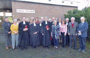 Freut sich auf ihre zukünftige Aufgabe: Die neue Pfarrerin Elisabeth Goller (Mitte) im Kreis der Kollegen und Presbyterinnen aus Gemeinde und Kirchenkreis FOTO: PRIVAT