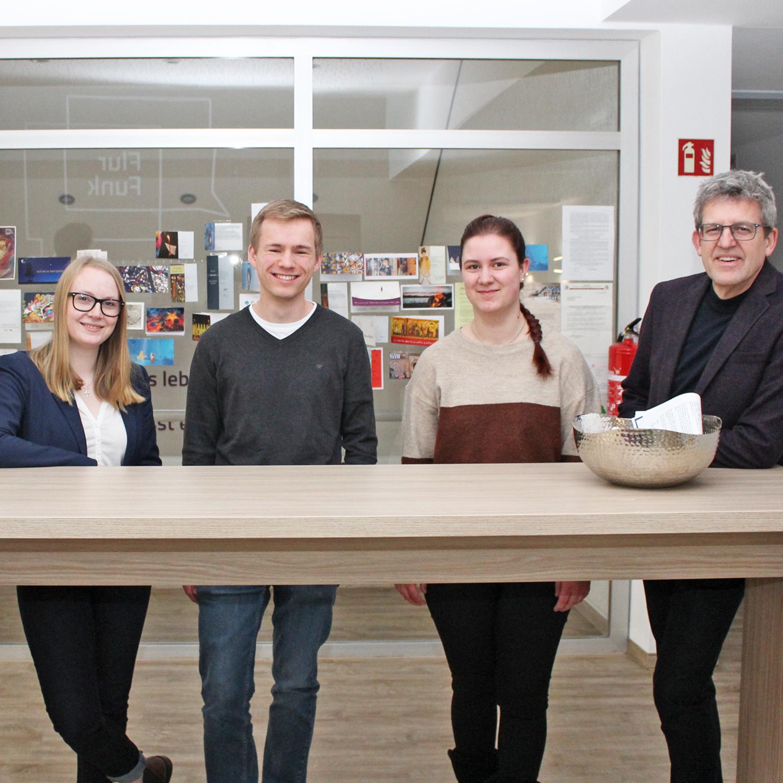 Fröhlicher und energiegeladener Nachwuchs KIRCHENKREIS Theologie-Studierende treffen Superintendent