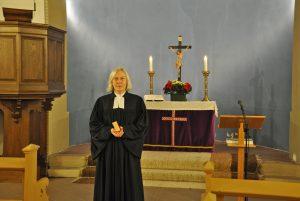 Karin Röthemeyer, hier in der evangelischen Kirche in Lichtenau, war 25 Jahre lang Gemeindepfarrerin der Kirchengemeinde Lichtenau. Sie wechselt zum 1. Februar in die Verbundspfarrstelle für die evangelischen Kirchengemeinden Preußisch Oldendorf und Alswede. FOTO: KIRCHENGEMEINDE